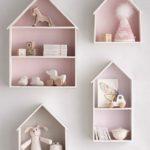 Детская в скандинавском стиле: розовые полки-домики