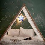 Детская в скандинавском стиле: палатки и зеленая грифельная стена