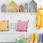 Детская в скандинавском стиле: разноцветные полки-домики