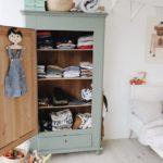 Детская в скандинавском стиле: шкаф для одежды с полками