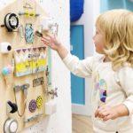 Детская в скандинавском стиле: бизиборд желтый белый фиолетовый