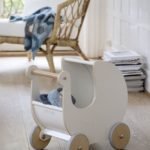 Детская в скандинавском стиле: деревянная коляска