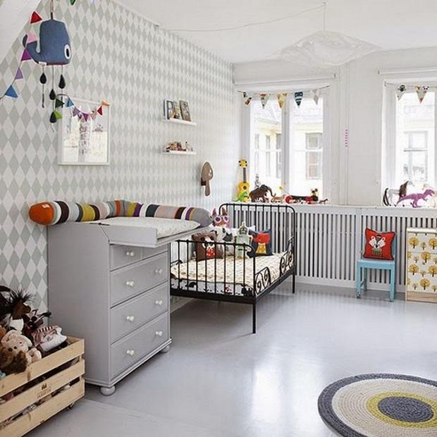 Детская в скандинавском стиле: обои ромбы на стене