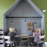 Детская в скандинавском стиле: стол и стулья в форме домика