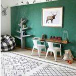 Детская в скандинавском стиле: стол-полка и два белых стула