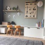 Детская в скандинавском стиле: два коричневых стула возле стола