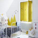 Детская в скандинавском стиле: детская с желтыми ставнями