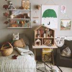 Детская в скандинавском стиле: много мелочей и картина с зонтом