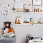 Детская в скандинавском стиле: книги на полках и мягкие игрушки
