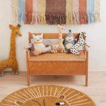Детская в скандинавском стиле: яркие игрушки и коврик лев