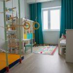 Детская в скандинавском стиле: бирюзовые шторы
