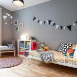 Детская в скандинавском стиле: монохромные флажки на серой стене