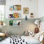 Детская в скандинавском стиле: оливковые цвета и полки над кроватью