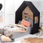 Детская в скандинавском стиле: кровать с черным изголовьем-домиком