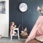 Детская в скандинавском стиле: шарик-луна на синей стене