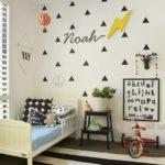 Детская в скандинавском стиле: белые стены с черными треугольниками
