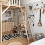 Детская в скандинавском стиле: деревянный чердак и много деревянных игрушек