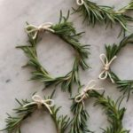 Новогодние украшения 2019: мини-венки из еловых веток своми руками
