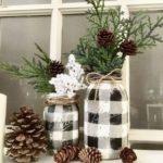 Новогодние украшения 2019: еловые ветки в клетчатых мешках