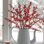 Новогодние украшения 2019: ветки с ягодами в чайнике