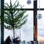 Новогодние украшения 2019: елка в вазе на окне