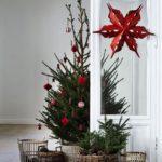 Новогодние украшения 2019: елка с красным декором и звездой