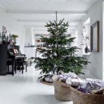 Новогодние украшения 2019: ветвистая ель в скандинавском стиле