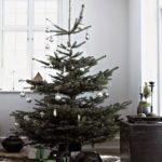 Новогодние украшения 2019: рождественская елка с серебристым декором