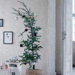 Новогодние украшения 2019: ель, наклоненная набок
