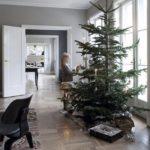 Новогодние украшения 2019: высокая ель в скандинавской квартире