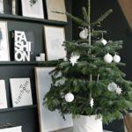 Новогодние украшения 2019: небольшая ель с белыми игрушками