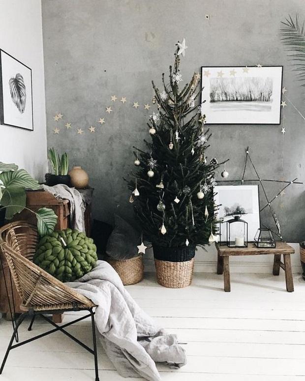 Новогодний декор 2019: елка в корзине в скандинавском интерьере