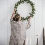 Новогодние украшения 2019: венок на стене