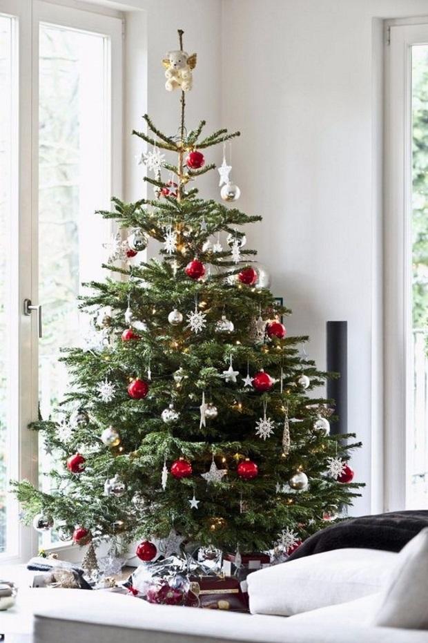 Новогодние украшения 2019: елка с красно-белым декором