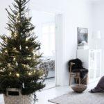 Новогодние украшения 2019: елка с одной гирляндой