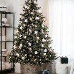 Новогодние украшения 2019: елка с белыми игрушками