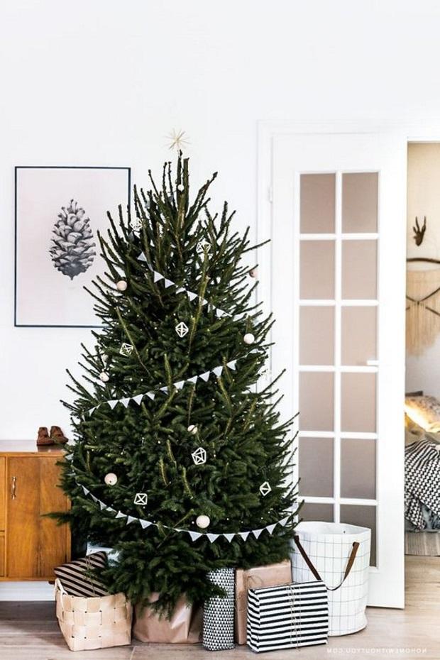 Новогодние украшения 2019: пышная елка с флажками