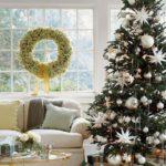 Новогодние украшения 2019: рождественская елка и венок на окне