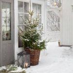 Новогодние украшения 2019: елка в корзине на улице