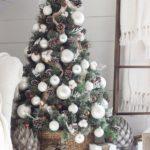 Новогодние украшения 2019: елка с густым белым декором