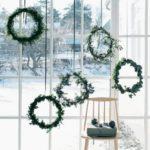 Новогодние украшения 2019: много венков на окне