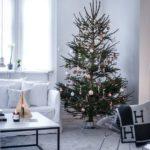 Новогодние украшения 2019: рождественская ель с бело-золотым декором