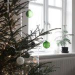 Новогодние украшения 2019: зеленые прозрачные шары на елке
