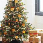 Новогодние украшения 2019: елка с крашением из апельсинов