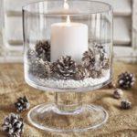 Новогодние украшения 2019: свеча в вазе с шишками