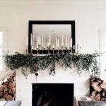 Новогодние украшения 2019: рождественское украшение камина свечами