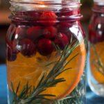 Новогодние украшения 2019: свеча в банке с апельсином и ягодами