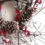 Новогодние украшения 2019: новогодний венок из шишек и ягод