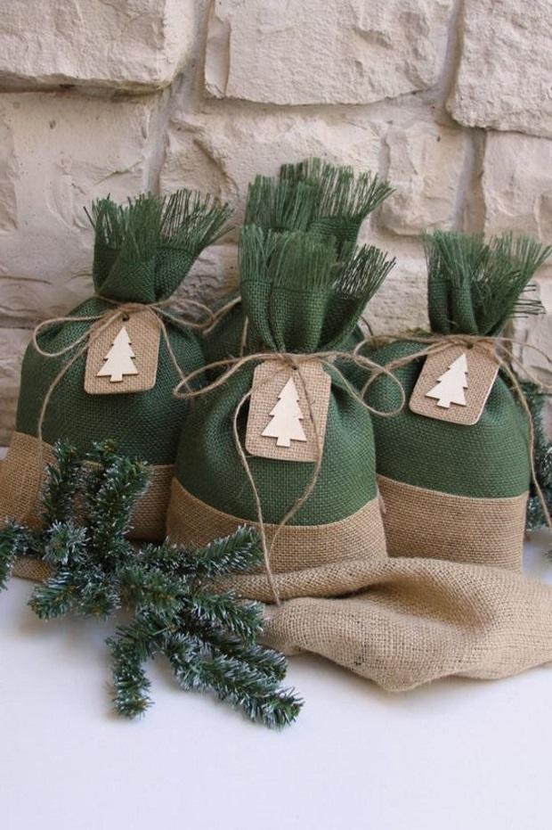 Новогодние украшения 2019: новогодние подарки в зеленых мешочках
