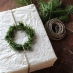 Новогодние украшения 2019: белая подарочная упаковка с венком